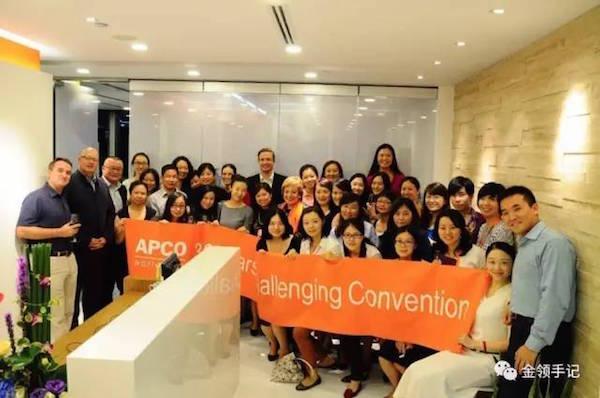 杜凌回归安可后,2014年将上海分公司搬迁并扩大,创办人Margery 访问上海新办公室,与中国员工庆祝安可成立30周年。(第二排正中为Margery ,左为杜凌)